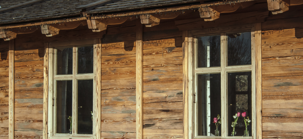 Alte Kastenfenster mit mundgeblasenen Scheiben